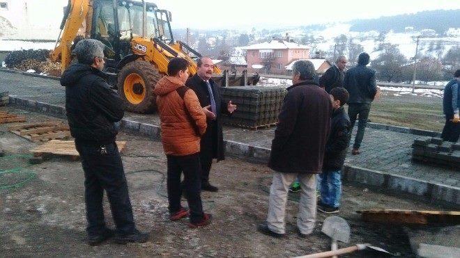 Başkan Turhan Bulut işçilerle birlikte parke taşı döşedi