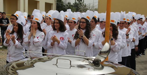Aşçılık öğrencileri kep atarak mezun oldu