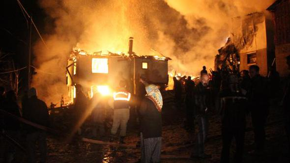 Mutfakta çıkan yangın evi, ahırı ve  ticari aracı yaktı