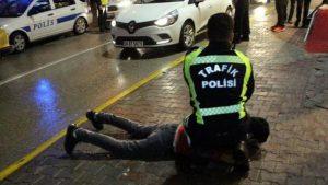Alkollü ve ehliyetsiz sürücünün arkadaşı içkileri almaya çalıştı