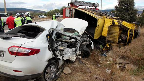 Kamyon ile otomobil çarpıştı: 1 ölü, 3 yaralı