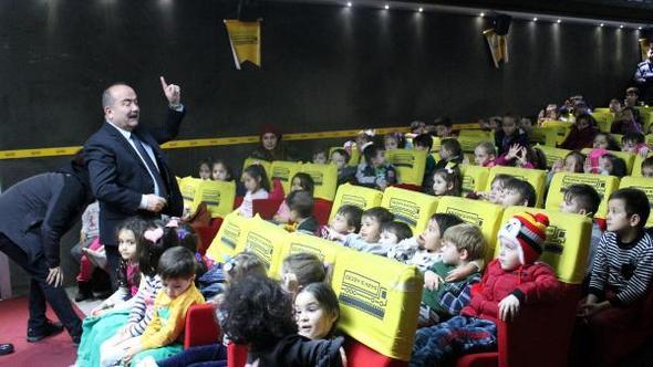 Mengenli çocuklar 'gezen sinema' ile ilk kez sinema heyecanı yaşadı